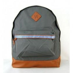 Šedý školní batoh s trendy prvky